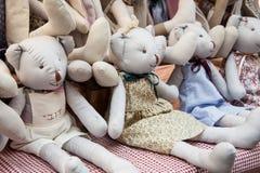 Vente des ours mous de jouets, faite main Images stock
