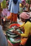 Vente des poissons à un marché traditionnel dans Lombok Photos libres de droits