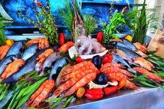 Vente des poissons disposés congelés frais sur la glace dans le bazar du ` s d'agriculteur Op Photo stock