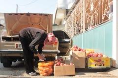 Vente des pommes dans les rues Photos libres de droits