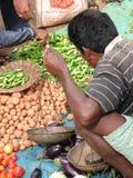 Vente des pommes de terre au marché hebdomadaire Photo libre de droits