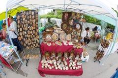 Vente des souvenirs orthodoxes aux jeux de Nestinarski dans le village des Bulgares en Bulgarie Photographie stock libre de droits