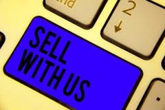 Vente des textes d'écriture avec nous Concept signifiant vendre en ligne la plate-forme recherchant la clé bleue de clavier de co photographie stock