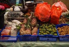 Vente du divers genre d'herbes et de fruits au marché traditionnel de Pasar Minggu à Jakarta Indonésie photo libre de droits
