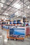 Vente en gros de Costco avec la rangée du grand écran, affichage futé de TV Photographie stock libre de droits