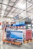 Vente en gros de Costco avec la rangée du grand écran, affichage futé de TV Image stock