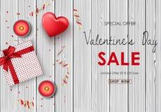 Vente heureuse de jour de valentines Coeurs rouges, bougies, présent, confettis rouges d'or et ruban sur le contexte en bois de t Image stock
