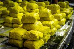 Vente jaune de tofu sur le marché local Bogor rentré par photo Jakarta Indonésie de tradiitonal image stock