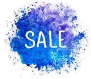 Vente Lettrage et tache Texte sur la tache watercolored d'éclaboussure dans la couleur bleue d'isolement sur le fond blanc Étique illustration stock