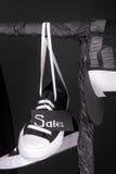 Vente rose et jaune Les espadrilles noires et blanches, chapeau accrochant sur des vêtements étirent le fond Vendredi Fin vers le Photo libre de droits