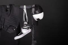 Vente rose et jaune Les espadrilles noires et blanches, culotte de chapeau, jeans accrochant sur des vêtements étirent le fond Ve Photographie stock libre de droits