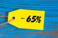Vente sans 65 pour cent Grandes ventes soixante-cinq pour cent sur le fond en bois bleu pour l'insecte, affiche, achats, signe Photos stock