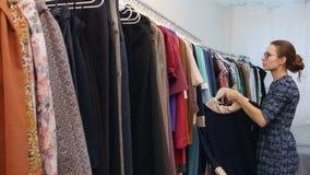 Ventes auxiliaires dans la garde-robe de fixation de magasin d'habillement clips vidéos