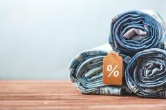 Ventes de concept, remises de Black Friday avec l'étiquette, blues-jean sur un fond clair Copyspace photos stock