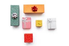 Ventes de lundi de Cyber avec des boîtes pour des cadeaux de Noël sur la moquerie blanche de vue supérieure de fond  Image libre de droits
