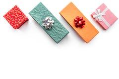 Ventes de lundi de Cyber avec des boîtes pour des cadeaux de Noël sur la moquerie blanche de vue supérieure de fond  Images stock