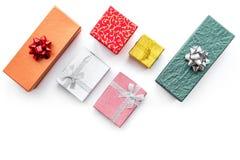 Ventes de lundi de Cyber avec des boîtes pour des cadeaux de Noël sur la moquerie blanche de vue supérieure de fond  Photo stock