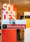 Ventes de mode au magasin de mode au cours de la période de ventes Photographie stock libre de droits