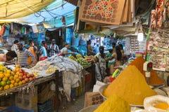 Ventes des fruits et légumes sur le marché indien Photos libres de droits