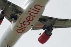 ventesimo del giugno 2017 Berlino, Germania: La parte di sotto di un aeroplano moderno Immagini Stock