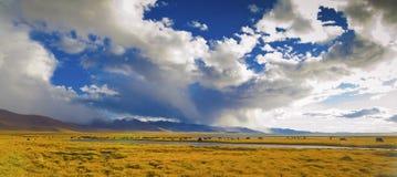 Venti e nubi sopra il pascolo Fotografia Stock