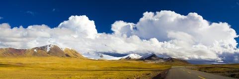 Venti e nubi sopra il pascolo Fotografie Stock
