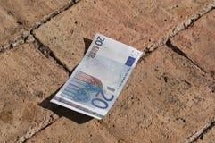 Venti euro sul pavimento fotografia stock libera da diritti