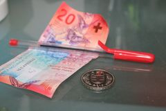 Venticinque franchi svizzeri e fine rossa della penna su Immagine Stock