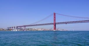 Venticinquesima April Bridge famosa sopra il fiume Tajo in ponte di Lisbona aka Salazar - LISBONA - PORTOGALLO - 17 giugno 2017 Immagine Stock Libera da Diritti
