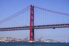 Venticinquesima April Bridge famosa sopra il fiume Tajo in ponte di Lisbona aka Salazar - LISBONA - PORTOGALLO - 17 giugno 2017 Fotografia Stock