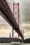 venticinquesima April Bridge a Lisbona un giorno nuvoloso Immagine Stock