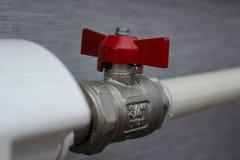 Ventil des roten Wassers auf Rohrleitung lizenzfreie stockfotos
