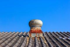 Ventilación del tejado con los respiraderos de la turbina imagenes de archivo