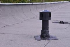 Ventilación del tejado plano, protección de impermeabilización de la hormiga Aerador en el fieltro de la techumbre Lanzamiento de Fotografía de archivo