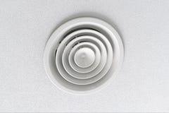 Ventilación en un techo blanco foto de archivo libre de regalías