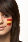 Ventilador de deportes femenino joven con el indicador español Foto de archivo