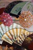 Ventilador de madeira e guarda-chuva de China Foto de Stock