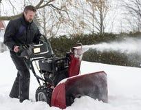 Ventilador de nieve del funcionamiento del hombre Foto de archivo libre de regalías