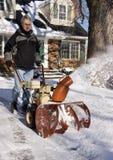 Ventilador de nieve del funcionamiento del hombre Fotos de archivo