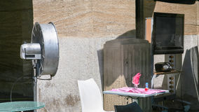 ventilador en café al aire libre en la ciudad de Marsella Imágenes de archivo libres de regalías