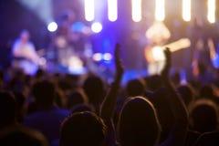 Ventilador no concerto vivo com mãos acima Fotos de Stock Royalty Free