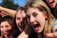 Ventiladores adolescentes emocionados que gritan imagenes de archivo