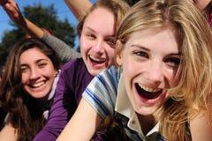 Ventiladores adolescentes idolizing una estrella Fotos de archivo libres de regalías