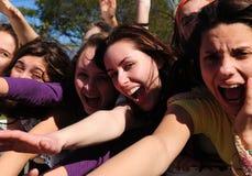 Ventiladores adolescentes que gritan Foto de archivo