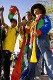 Ventiladores de fútbol jovenes que bailan en la calle Fotos de archivo