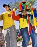 Ventiladores de fútbol jovenes que bailan en la calle Imágenes de archivo libres de regalías