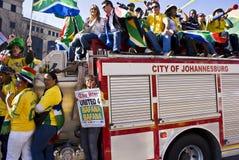 Ventiladores de fútbol que celebran - 4 unidos Bafana Fotos de archivo