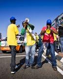 Ventiladores de fútbol que soplan el claxon de Vuvuzela Fotos de archivo libres de regalías