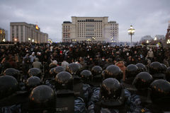 Ventiladores de futebol de encontro às autoridades Fotografia de Stock