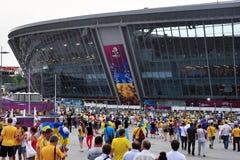 Ventiladores de las personas ucranianas que van al estadio Imágenes de archivo libres de regalías